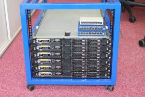 Rack z osadeními servermy